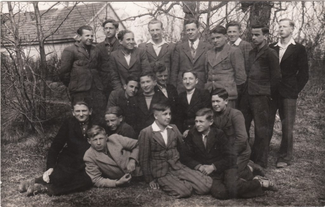 Skuodo gimnazija, berniukų grupė su auklėtoju Povilu Pakrovskiu.